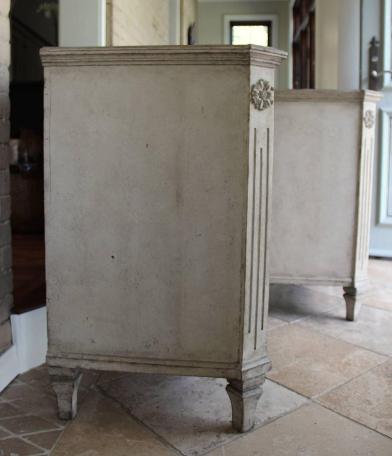 19th Century Swedish Gustavian Style Pair of Painted Bedside Chests For Sale 3