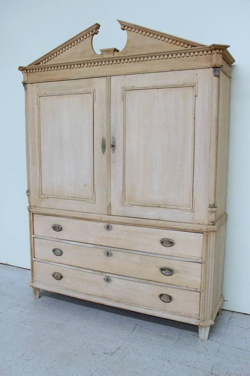 Gentil Dutch Neoclassical Linen Press Cabinet In Bleached Oak, 19th Century  Antique In Good Condition For