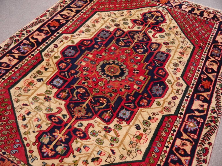 Vintage tribal oriental rug Beige Red Blue Midcentury In Excellent Condition For Sale In Lohr, Bavaria, DE