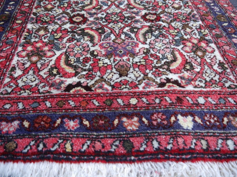 Small Vintage Accent Rug, Oriental Carpet Beige Red and Blue In Excellent Condition For Sale In Lohr, Bavaria, DE