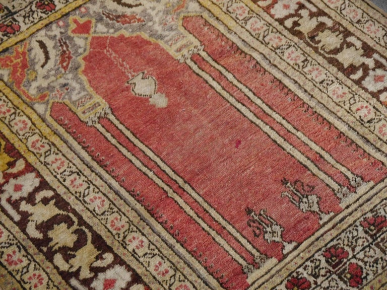 Vintage Turkish Prayer Rug Slightly Worn Distressed Industrial Look In Good Condition For Sale In Lohr, Bavaria, DE