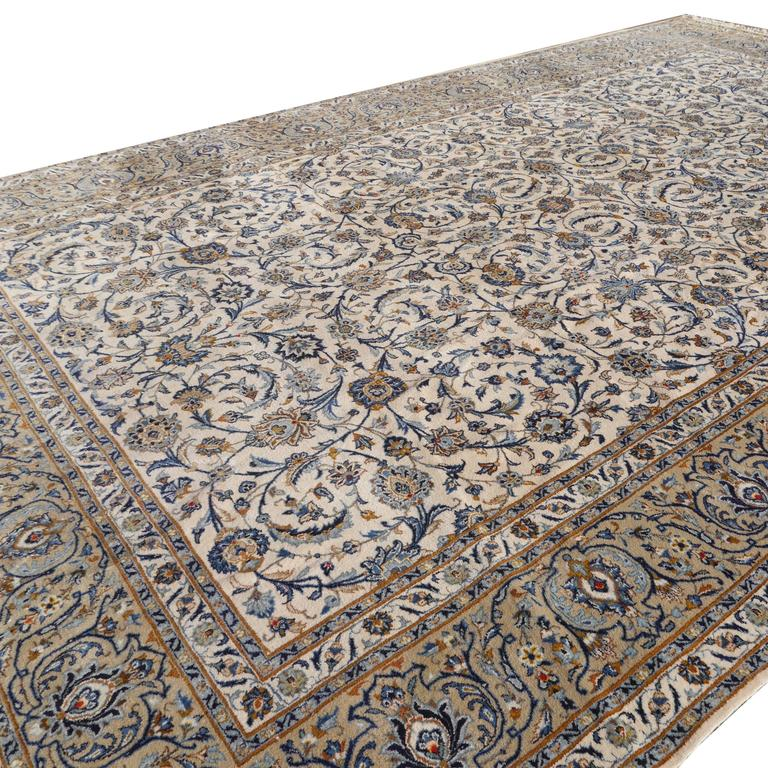 Large light colored Persian Kashan rug in beautiful all-over design. Hand-knotted using Fine wool. Large piece made in the third quarter of 20th century. Full pile, excellent condition.