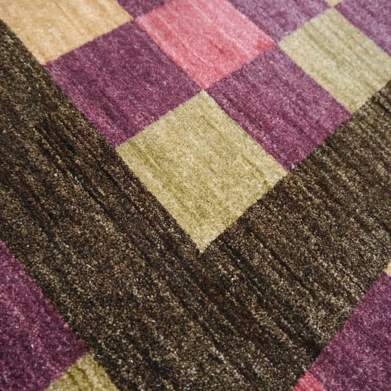 This fine rug is from our current collection of modern Agra rugs. It was made of best hand-spun sheep wool by artisians using traditional knotting. The colors are well combined and will go well with modern as well as classic designed rooms. The size