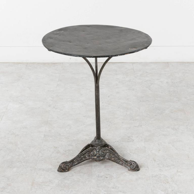 Merveilleux 20th Century French Cast Iron Bistro Pub Side Table With Painted Metal Top  In Good Condition