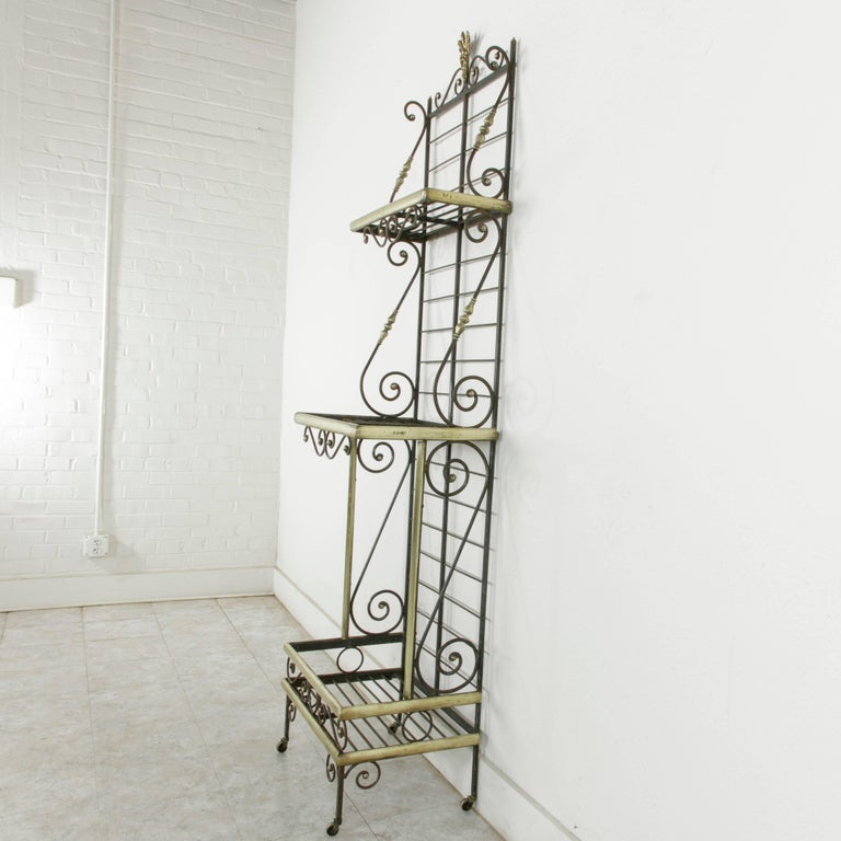 Mid-20th Century French Iron Baker's Rack with Brass Trim and Shock of Wheat In Good Condition For Sale In Fayetteville, AR