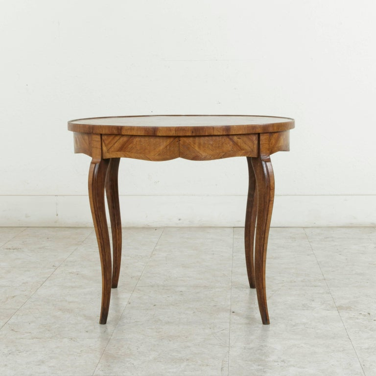 Early 20th Century French Louis XV Style Walnut Marquetry Coffee Cocktail Table For Sale 2