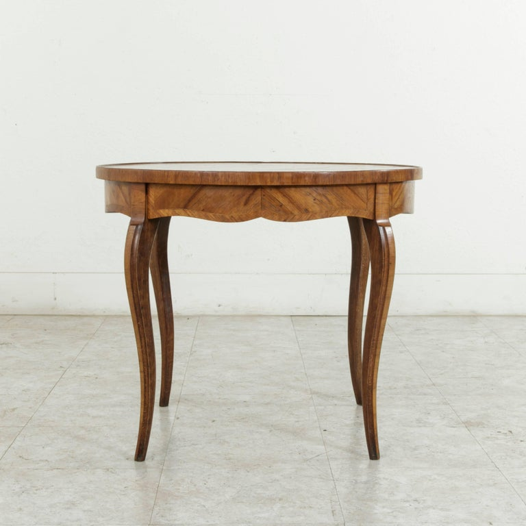 Early 20th Century French Louis XV Style Walnut Marquetry Coffee Cocktail Table For Sale 1