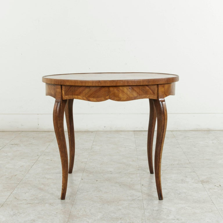 Early 20th Century French Louis XV Style Walnut Marquetry Coffee Cocktail Table In Good Condition For Sale In Fayetteville, AR