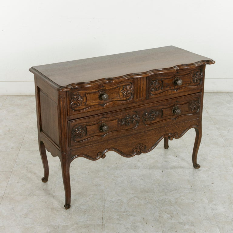 Early 20th Century French Louis XV Style Hand Carved Oak Commode Sauteuse, Chest In Excellent Condition For Sale In Fayetteville, AR