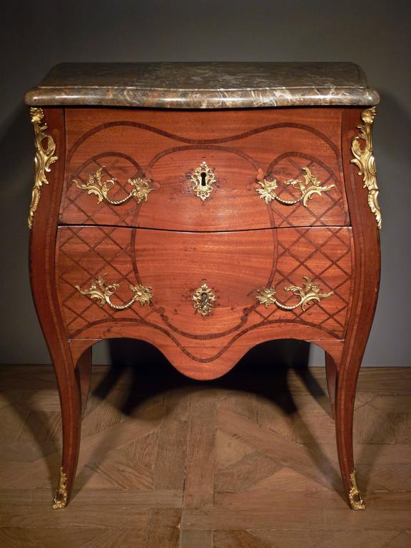 Dutch Louis XV Commode, Bearing the Stamp of the Guild of Saint Joseph In Good Condition For Sale In Hilversum, NL