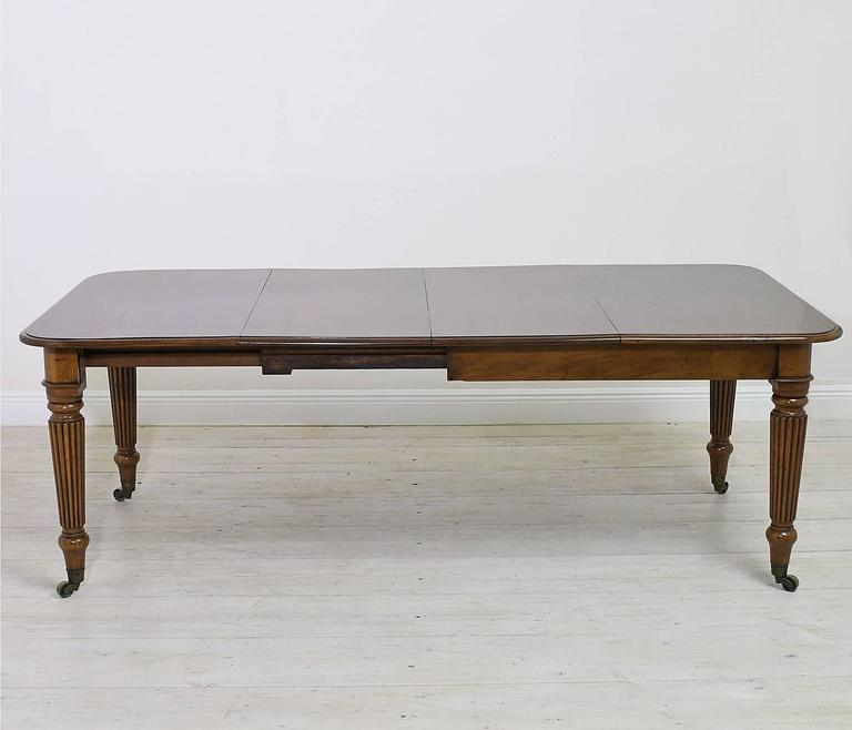 19th Century English Victorian Extension Dining Table in Mahogany with Leaves 3
