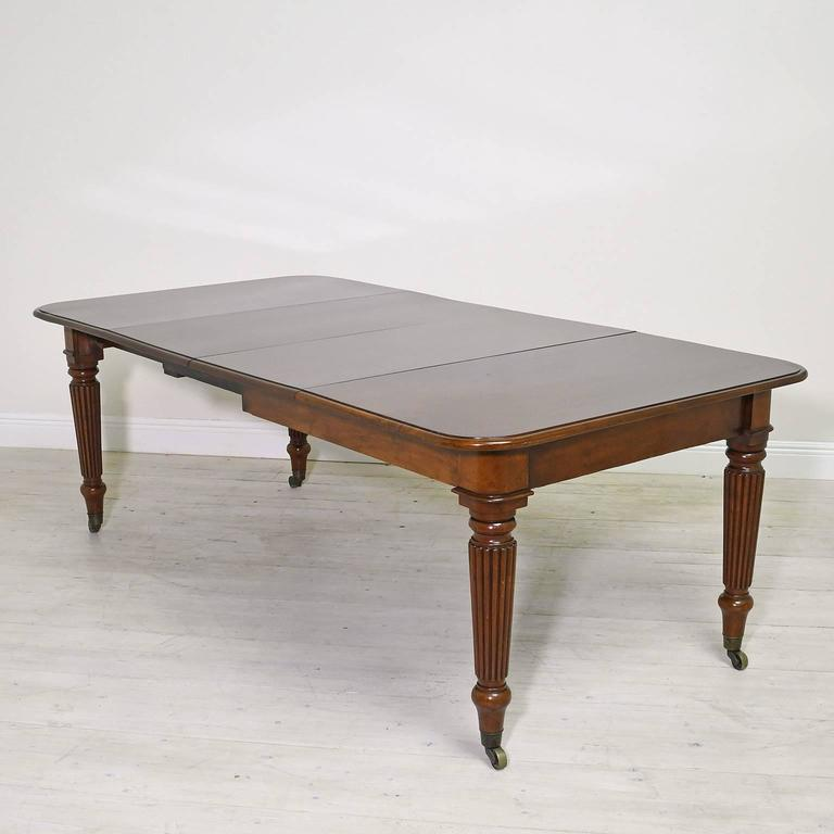 19th Century English Victorian Extension Dining Table in Mahogany with Leaves 2