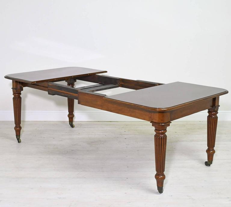 19th Century English Victorian Extension Dining Table in Mahogany with Leaves 7