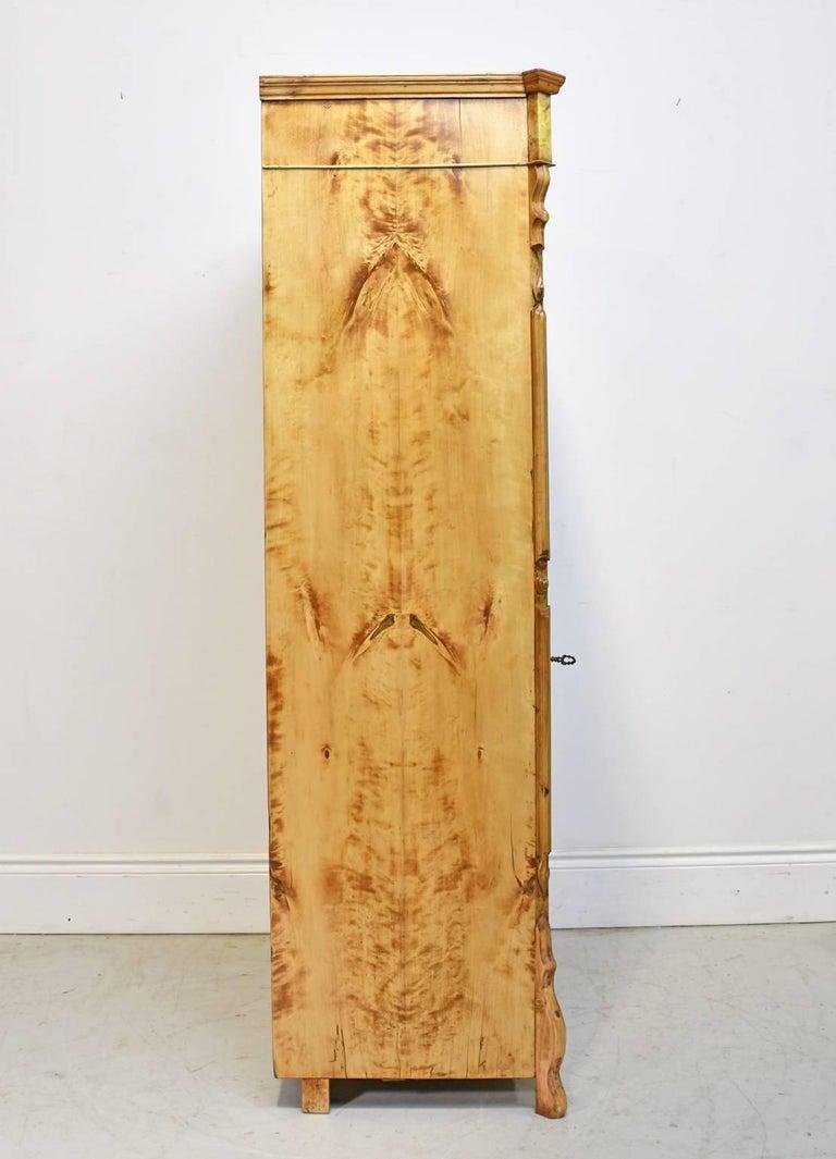 North German Single-Door Biedermeier Armoire in Fire Birch, circa 1845 In Good Condition For Sale In Miami, FL
