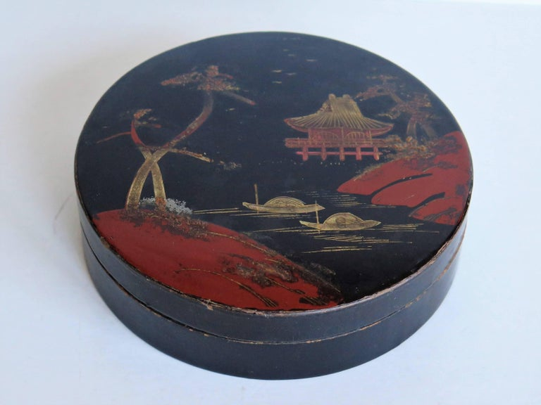 This is a beautiful papier mâché, circular lacquered lidded box, which we attribute to being made in Japan during the early 20th century, circa 1910.