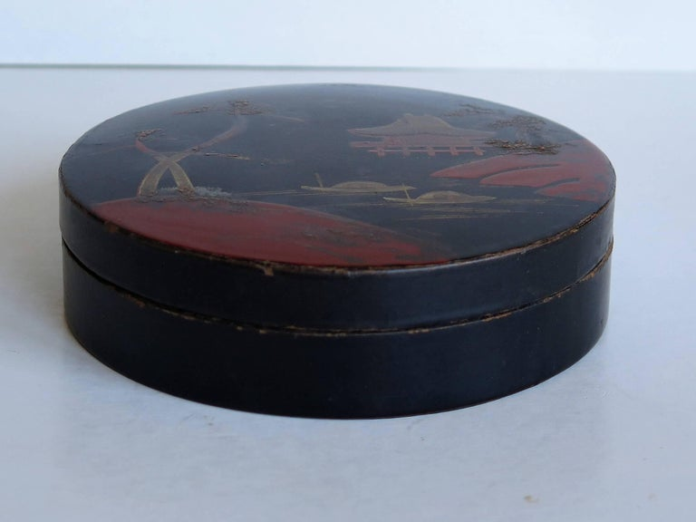Lacquered Japanese laquered Papier Mâché Circular Lidded Box Hand-Painted, circa 1910 For Sale