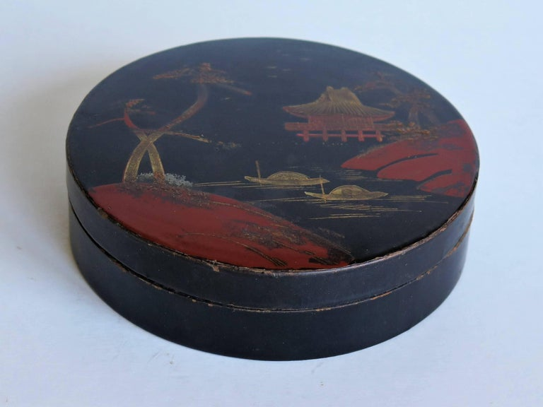 Chinoiserie Japanese laquered Papier Mâché Circular Lidded Box Hand-Painted, circa 1910 For Sale