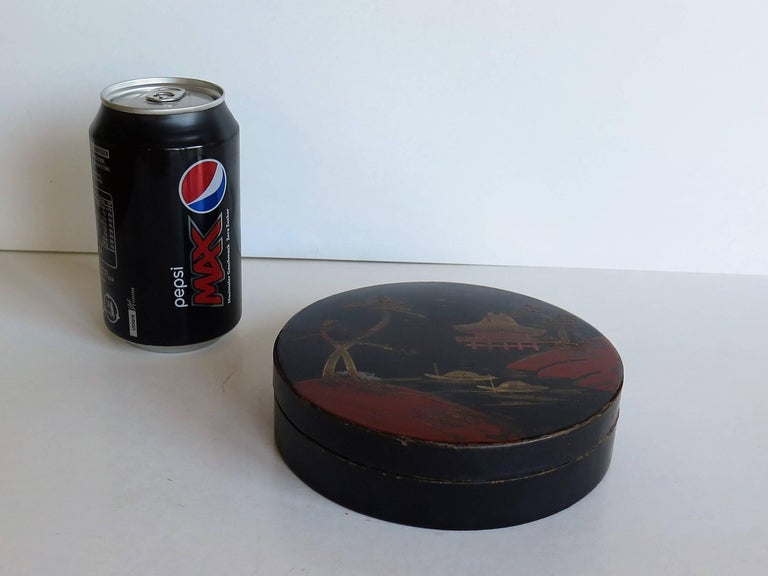 Paper Japanese laquered Papier Mâché Circular Lidded Box Hand-Painted, circa 1910 For Sale