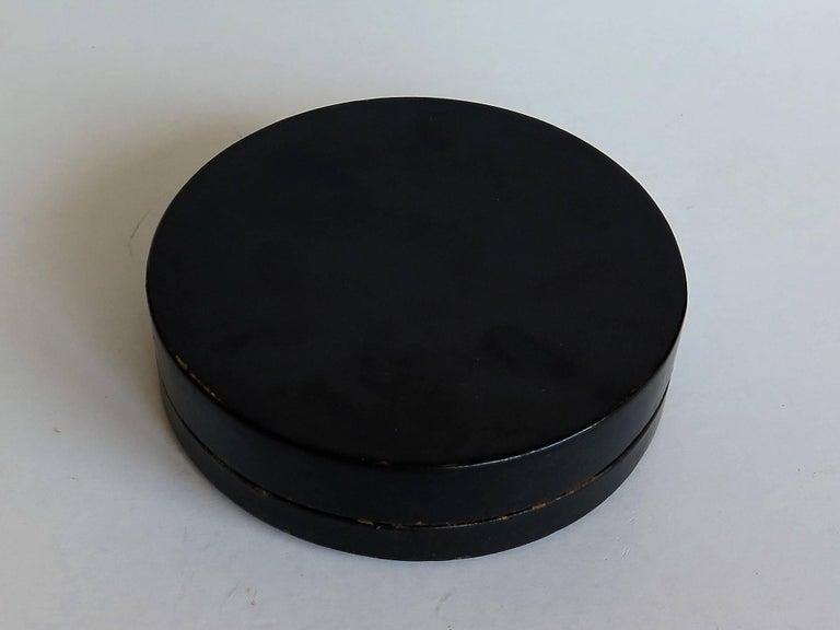 Japanese laquered Papier Mâché Circular Lidded Box Hand-Painted, circa 1910 For Sale 3