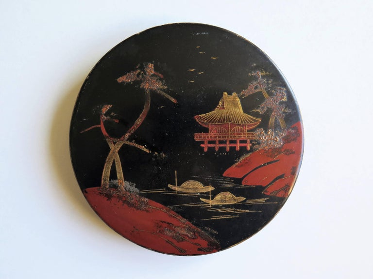 20th Century Japanese laquered Papier Mâché Circular Lidded Box Hand-Painted, circa 1910 For Sale