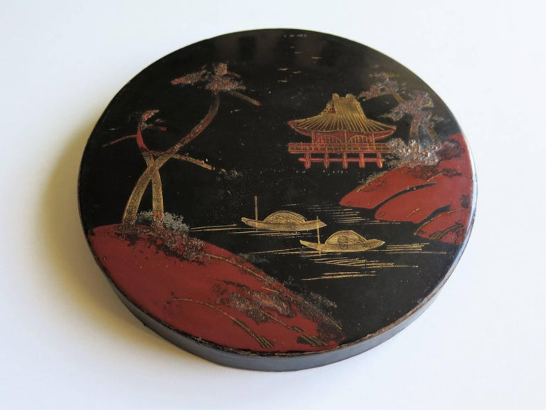 Japanese laquered Papier Mâché Circular Lidded Box Hand-Painted, circa 1910 In Good Condition For Sale In Lincoln, Lincolnshire