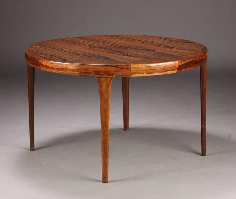 Charmant Scandinavian Modern Danish Rosewood Dining Table By Faarup, Round Extending  For Sale