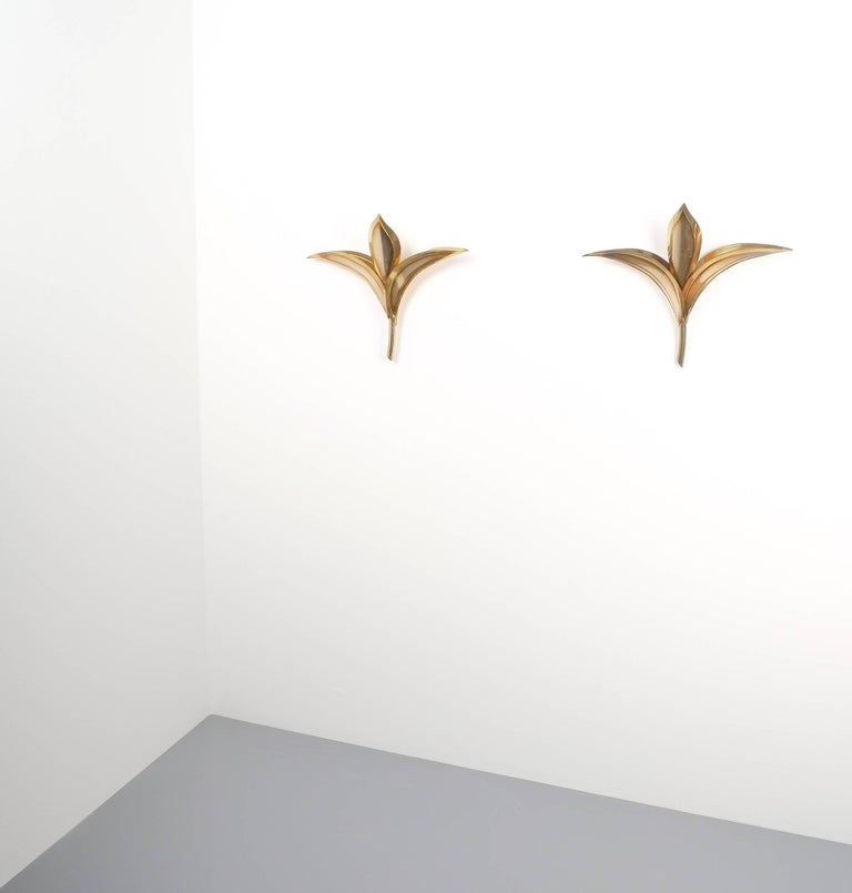 Artisan brass pair of Lilly wall lamps in the style of Tommaso Barbi, Carlo Giorgi, 1950. Large pair of custom-made wall lights in the shape of fleur-de-lis. Very good condition, newly rewired (US and EU compatible) one e14 bulb per light with 40W