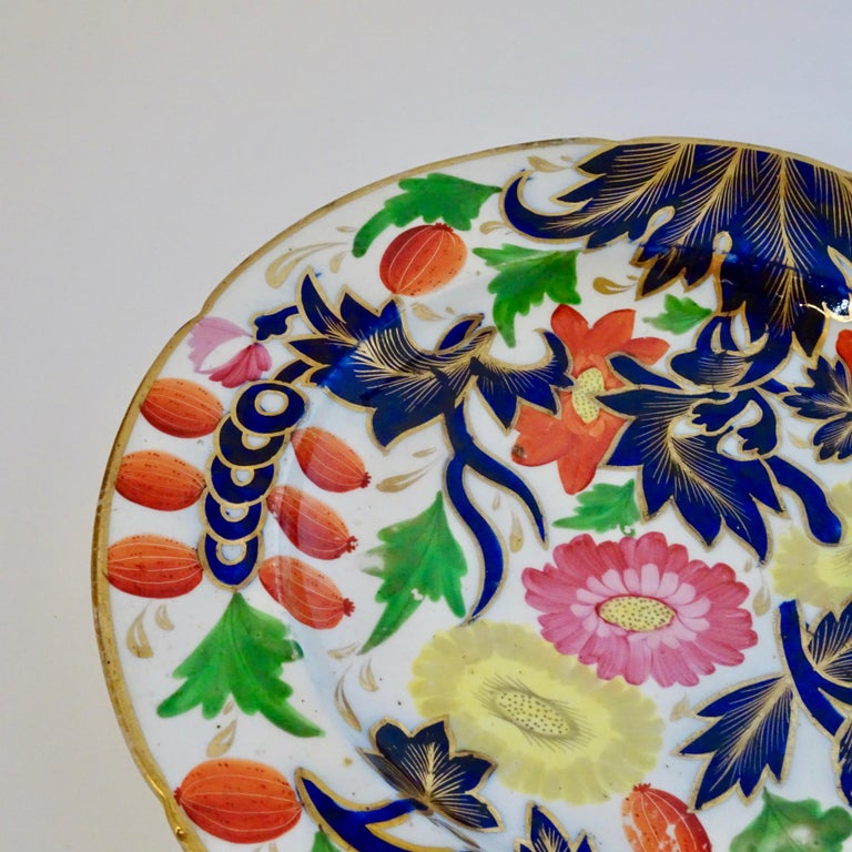 English 19th Century Porcelain Plate with Decorative Floral Design For Sale