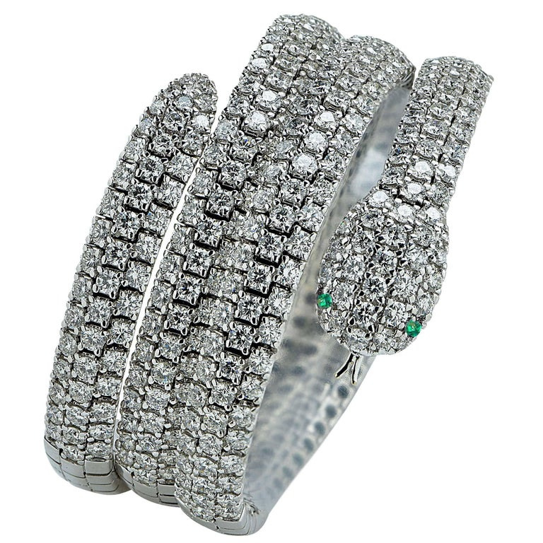 Diamond and Emerald 18 Karat White Gold Snake Bangle In Excellent Condition For Sale In Miami, FL