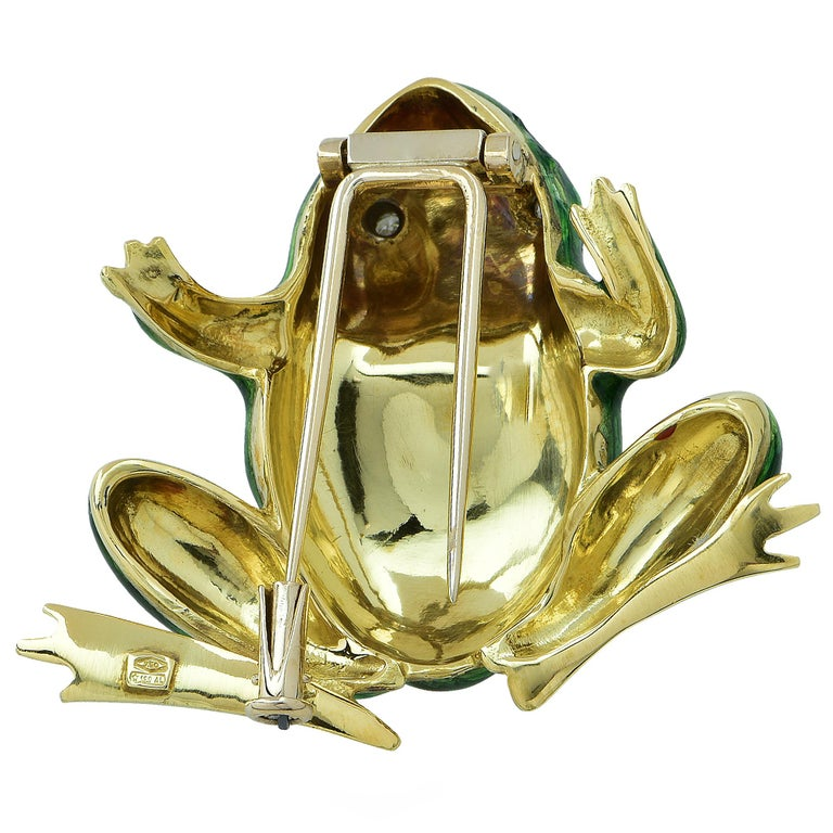 This stunning Frog brooch pin made in Italy is intricately crafted in 18 Karat yellow gold and vivid green enamel, with eyes set with two round brilliant cut diamonds weighing approximately .06 carats total weight, I color, SI clarity, coming