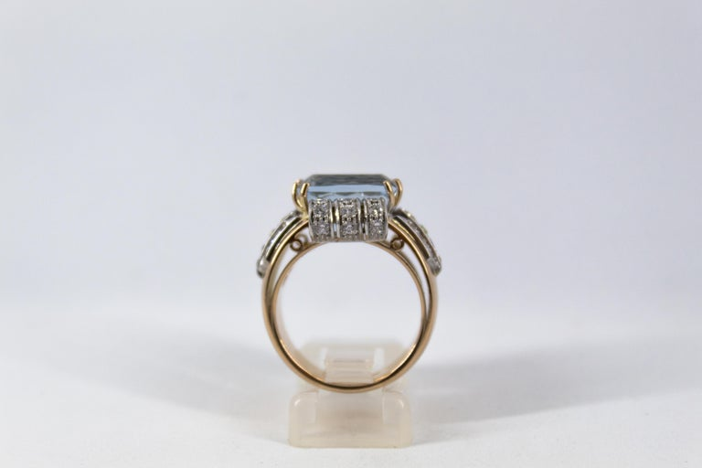Art Deco Style 7.18 Carat Aquamarine 0.94 Carat Diamond Yellow Gold Ring In New Condition For Sale In Naples, IT
