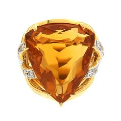 Gorgeous 25 Carat Trilliant Citrine Criss Cross Ribbon Gold Ring