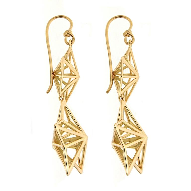 This lovely pair of 3 dimensional dangling stars earrings is made in 18kt yellow gold.