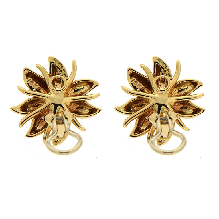 At Valentin Magro New York, inspiration often begins with the extraordinary elegance of nature. This pair of earrings recalls the beauty of wild flowers, they provide splashes of color. Consisting of 3 pairs of double petals and four slimmer pieces