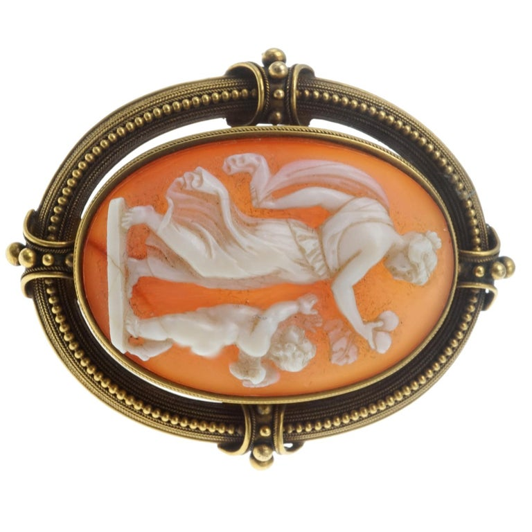 Shell Cameo and Gold Brooch In Excellent Condition For Sale In New York, NY
