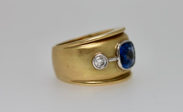 Modern Sri Lankan Blue Sapphire and White Diamonds Cocktail Ring For Sale