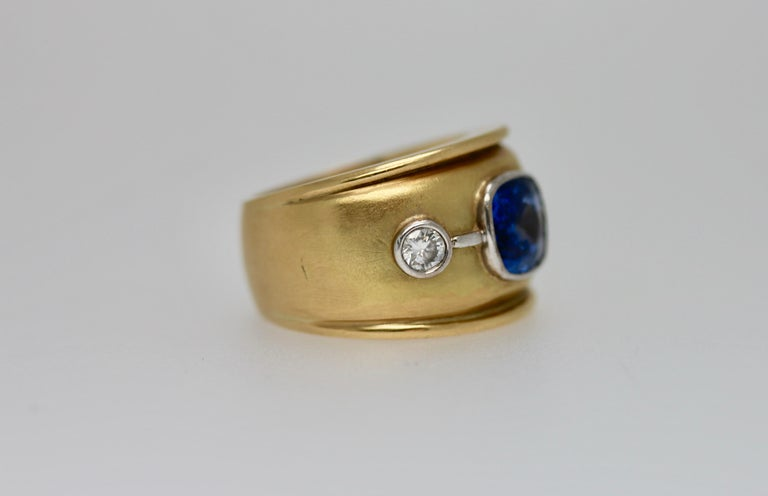 Sri Lankan Blue Sapphire and White Diamonds Cocktail Ring In New Condition For Sale In London, GB