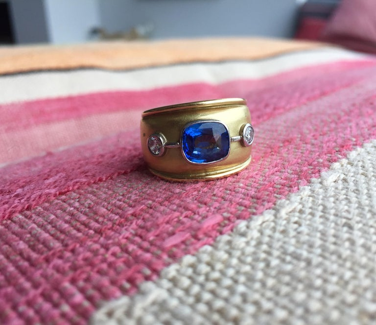 Women's or Men's Sri Lankan Blue Sapphire and White Diamonds Cocktail Ring For Sale