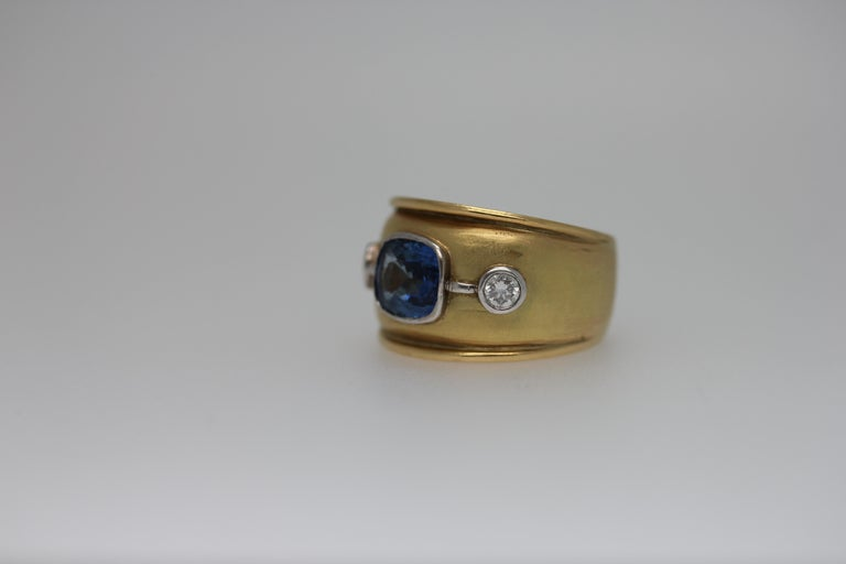 Sri Lankan Blue Sapphire and White Diamonds Cocktail Ring For Sale 1