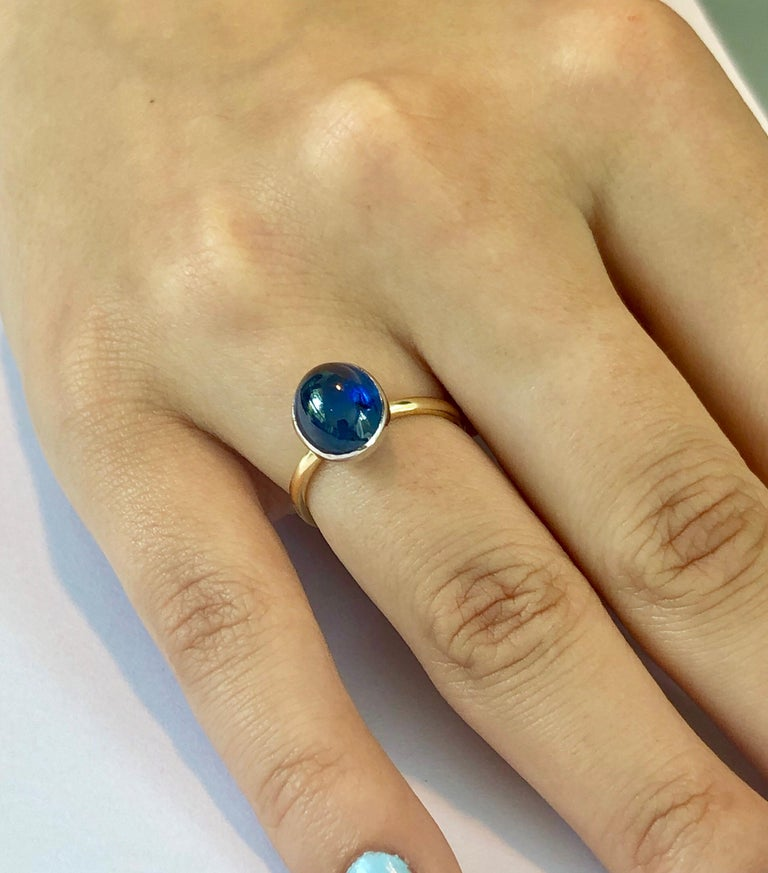 Women's or Men's Ceylon Cabochon Sapphire 18 Karat White and Yellow Gold Fashion Ring For Sale
