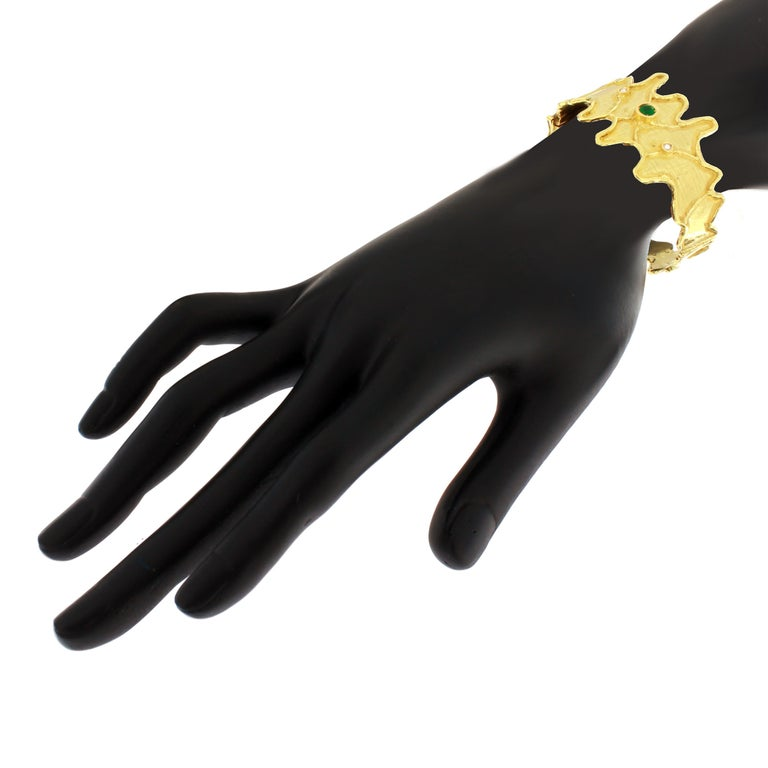 Women's Sacchi Round Emerald and Diamonds Gemstone 18 Karat Yellow Gold Cuff Bracelet For Sale