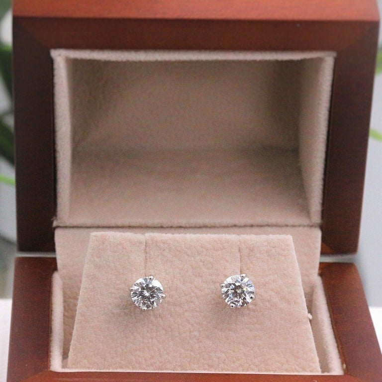 Leo Diamond Stud Earrings Rounds 0.98 Carat F-G SI 14 Karat White Gold In Excellent Condition For Sale In San Diego, CA
