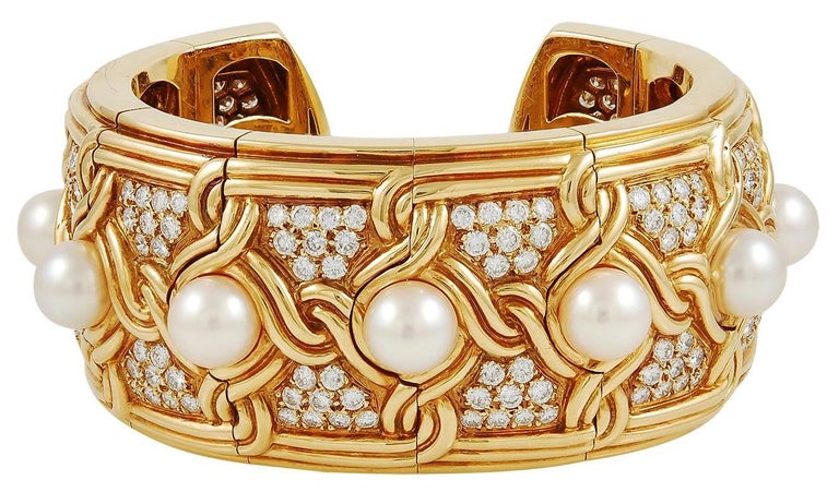 18k yellow gold bangle bracelet, set with round brilliant-cut diamond and pearl signed Van Cleef & Arpels. Circa 1980's