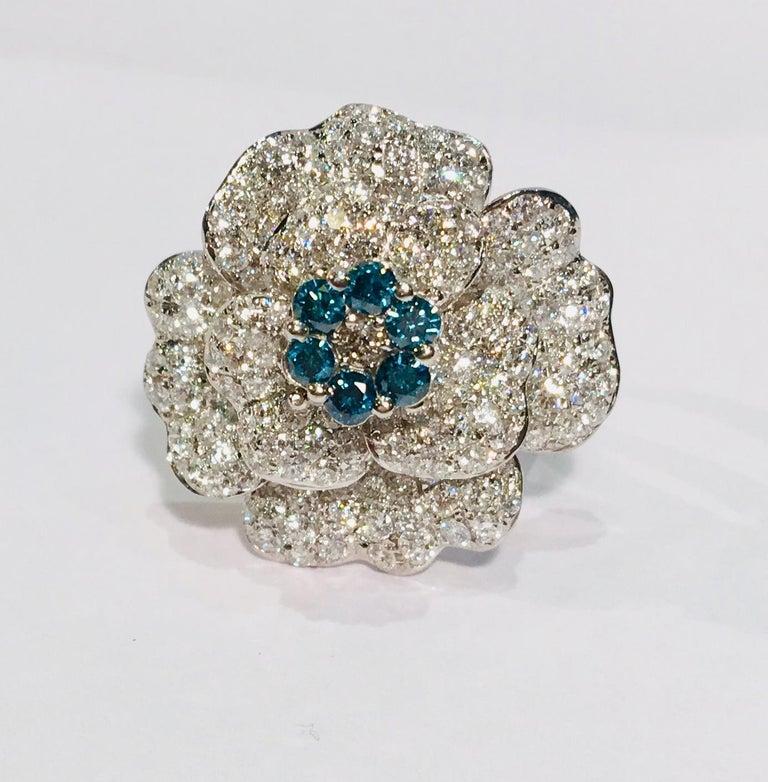 5,07 Karat Weißer und Blauer Diamant Kamelie Blume 18 Karat Weißgold Ring 2