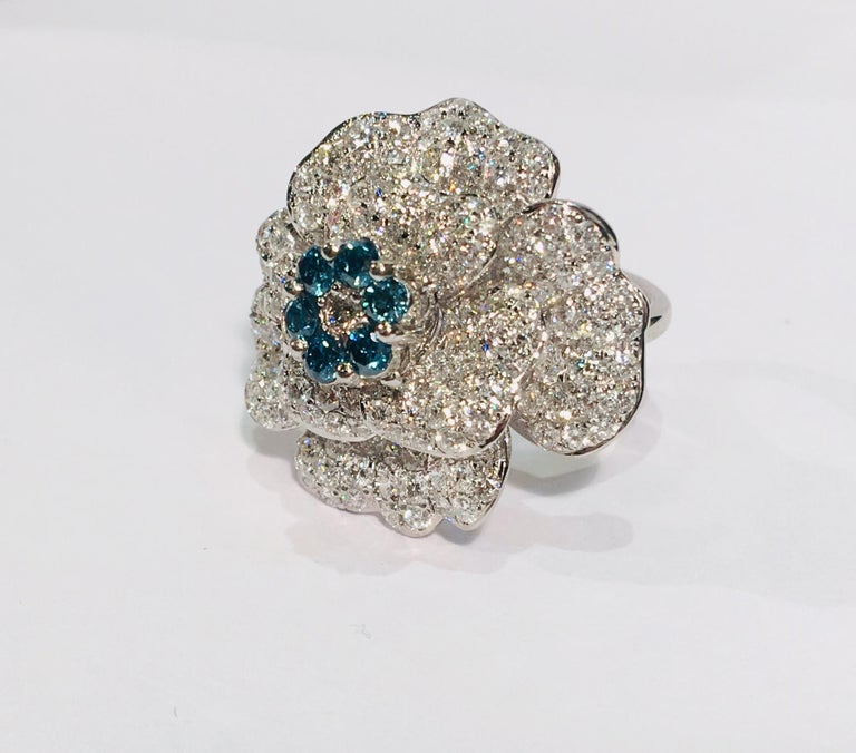 5,07 Karat Weißer und Blauer Diamant Kamelie Blume 18 Karat Weißgold Ring 5