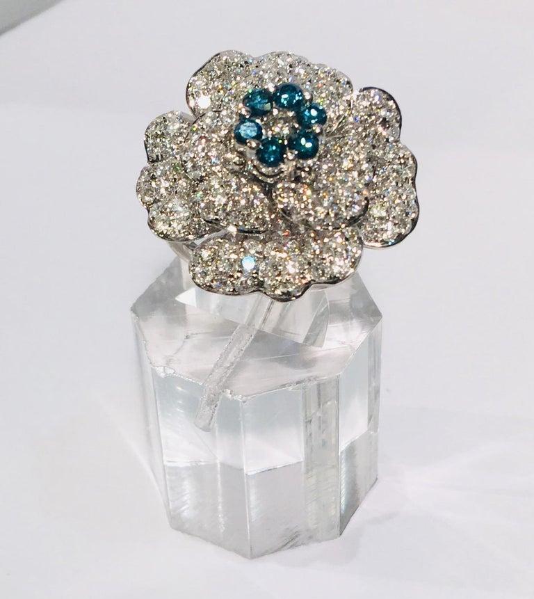 5,07 Karat Weißer und Blauer Diamant Kamelie Blume 18 Karat Weißgold Ring 6