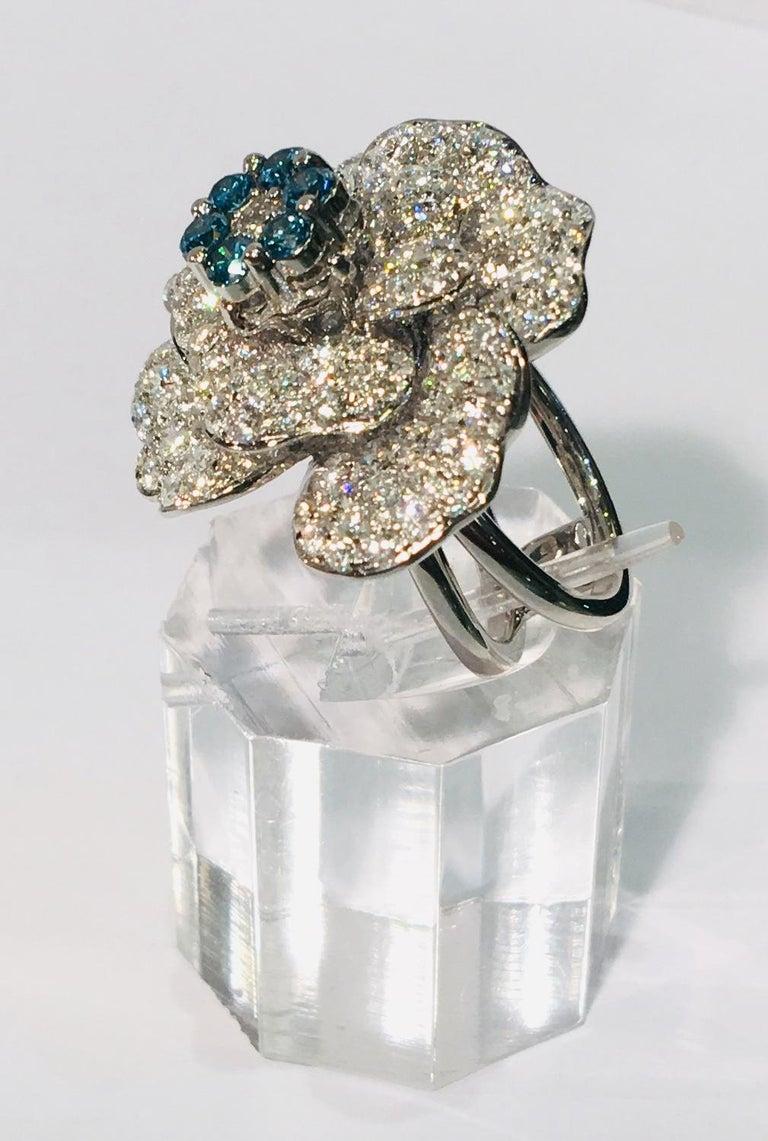 5,07 Karat Weißer und Blauer Diamant Kamelie Blume 18 Karat Weißgold Ring 4