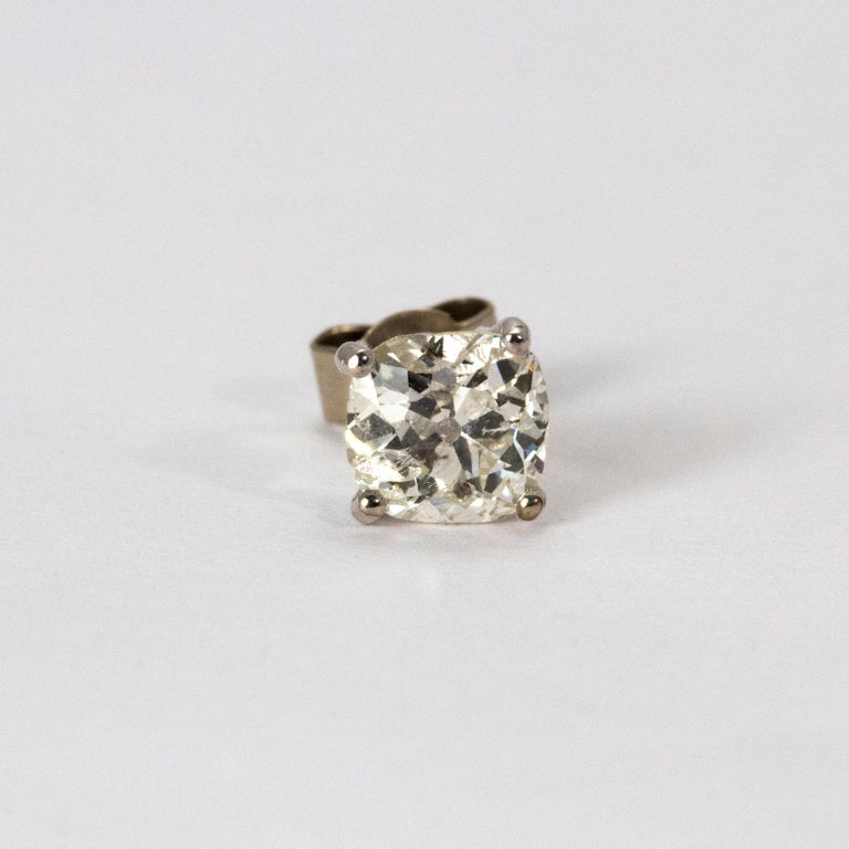 Art Deco Certified 1.9 Carat Diamond Stud Earrings In Excellent Condition For Sale In Chipping Campden, GB