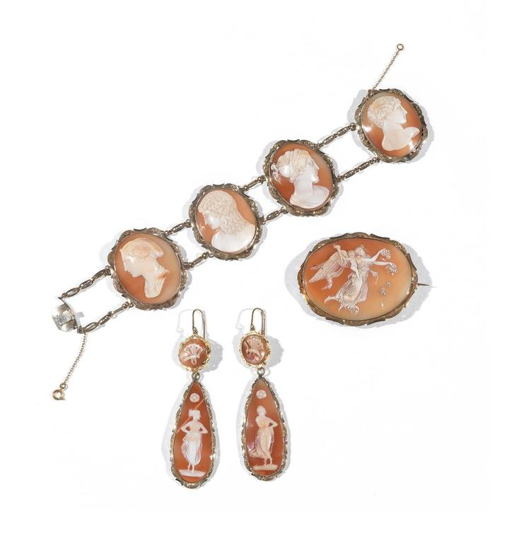 Rare Antique 1830 Shell Cameo Full Set Bracelet Brooch Earrings Necklace In Excellent Condition For Sale In Firenze, IT