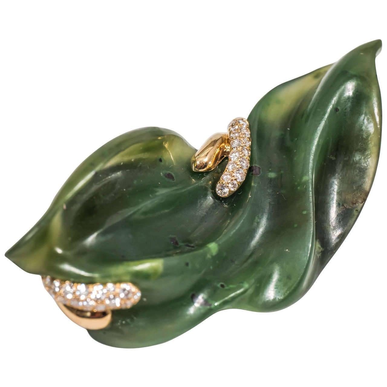 Naomi Sarna Hand-Carved Nephrite Jade Diamond Gold Brooch For Sale 4